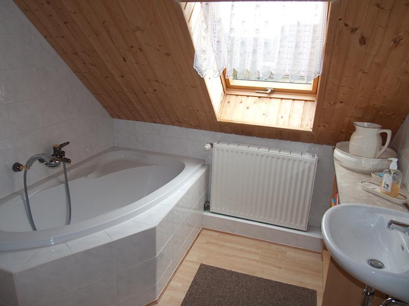 Dusche Begehbar Bilder : und ist ausgestattet mit Dusche & WC.